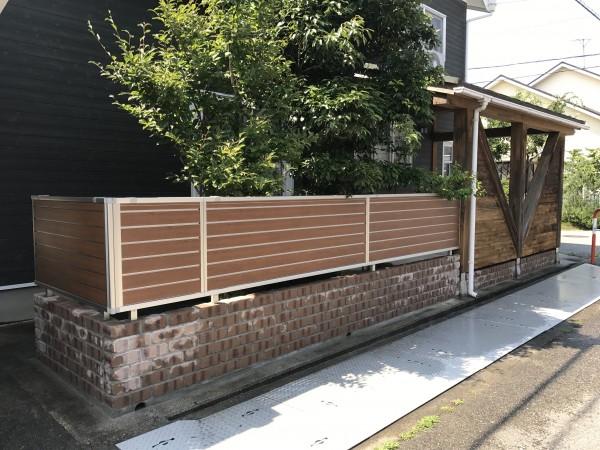 レンガ調のコンクリートブロックと木目調のアルミフェンス1