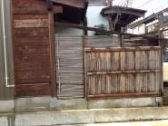 天然竹から樹脂製の四ツ目垣へ