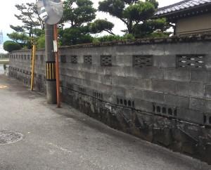 和風のブロック塀に蛇紋洗い出しの巾木3