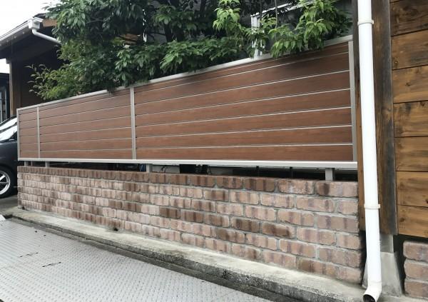 レンガ調のコンクリートブロックと木目調のアルミフェンス4