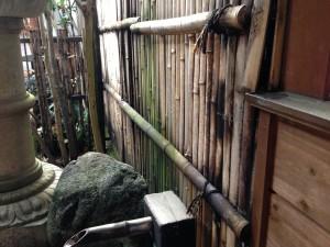 天然竹から樹脂製の竹垣へ3
