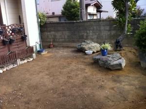 雑草の生えないように瓦チップ敷きと石貼りのテラス3