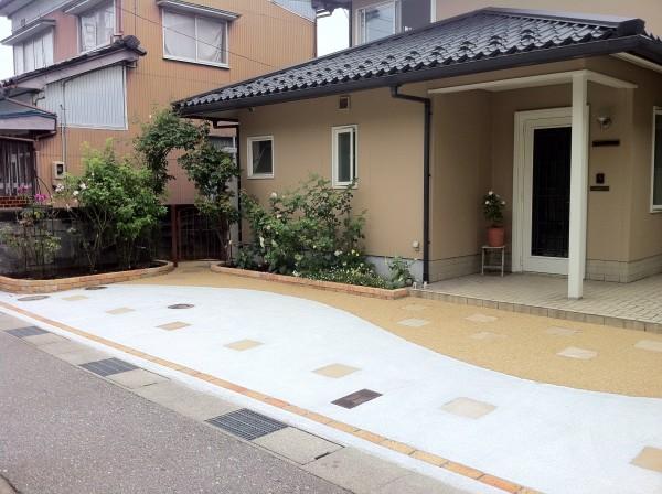 レンガと洗い出しの駐車場コンクリート 外構工事 富山市1