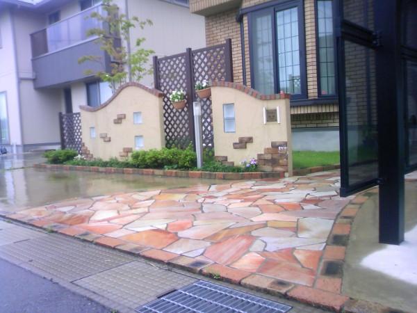 塗り壁と石貼りのアプローチ 魚津市4
