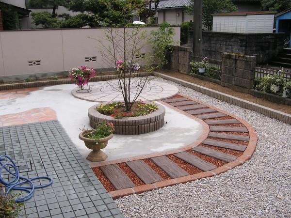 コンクリート枕木とレンガチップ 富山市4