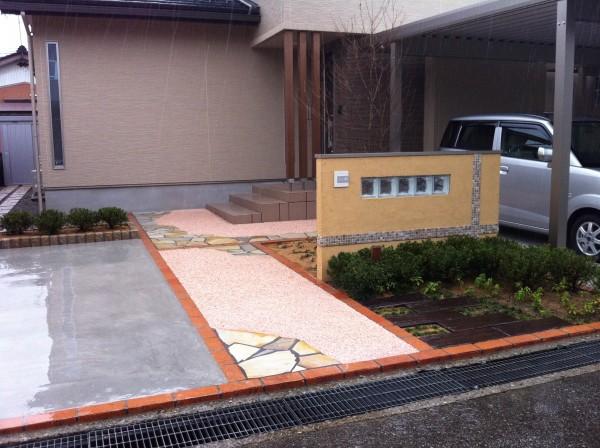 塗り壁と樹脂洗い出しのアプローチ 富山市1