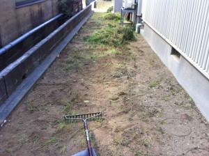 砂利敷き前の除草