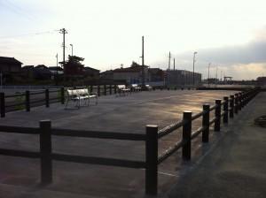 擬木柵とベンチ