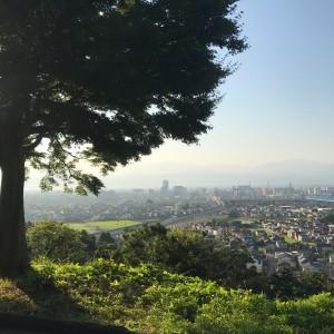 もみじ越しの富山市