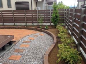 やさしい表情のレンガの庭 富山3
