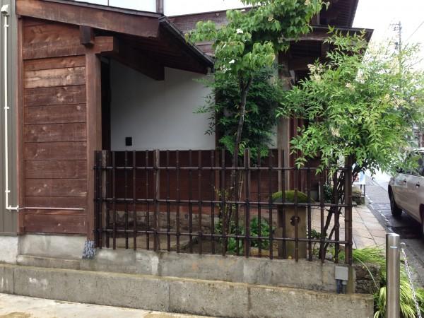 天然竹から樹脂製の四ツ目垣へ2