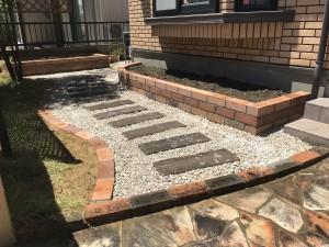 レンガ花壇とコンクリート枕木のステップ