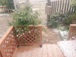 樹脂デッキは雪が積もると摩擦がきかなくなります。。。;;