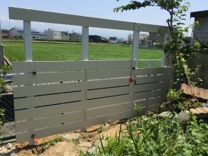 アイボリー色の板塀 ガーデニングフェンス 富山市3