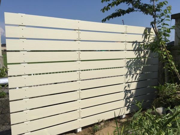 アイボリー色の板塀 ガーデニングフェンス 富山市1