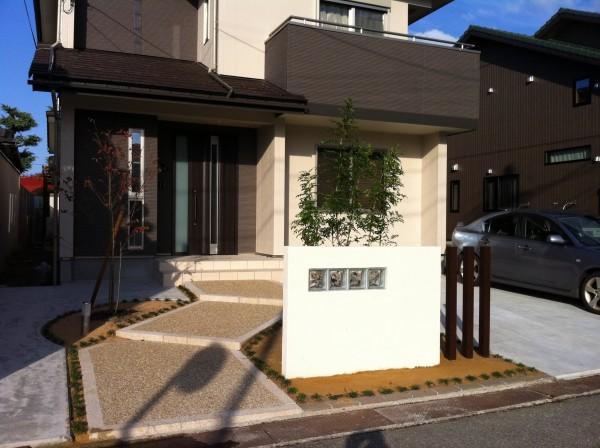 塗り壁でかわいいオープン外構 富山1