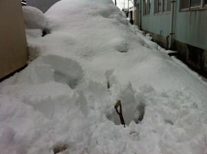 展示場の雪かきで側溝にはまった