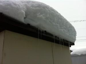 物置の屋根雪