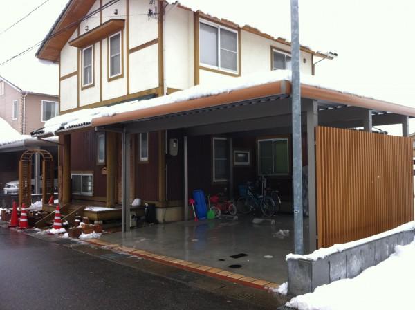 カーポートも木目調のパネルを使用すると。。。富山市1