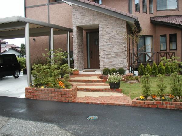 レンガと植栽の組み合わせでかわいらしく 外構工事 富山市1