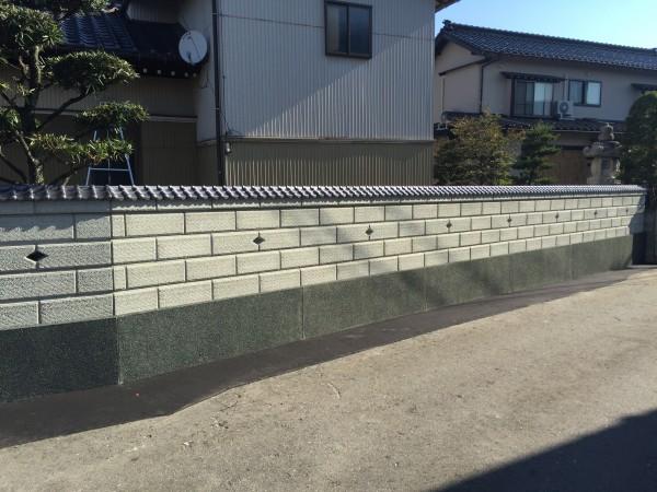 和風のブロック塀に蛇紋洗い出しの巾木2