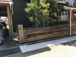 レンガ調のコンクリートブロックと木目調のアルミフェンス3