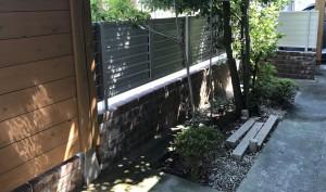 レンガ調のコンクリートブロックと木目調のアルミフェンス5
