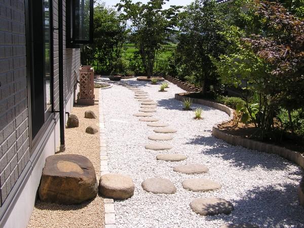 ピンコロ石と擬木でお庭の改装 富山市1