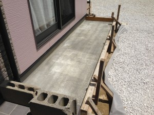 コンクリート養生2日目と防草シートと砂利
