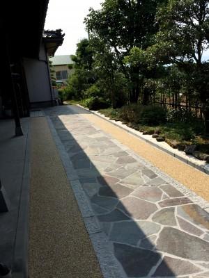 鉄平石と洗い出しのアプローチ 富山市3