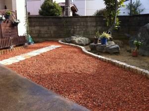雑草の生えないように瓦チップ敷きと石貼りのテラス4
