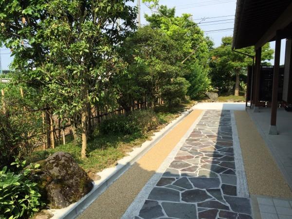 鉄平石と洗い出しのアプローチ 富山市1